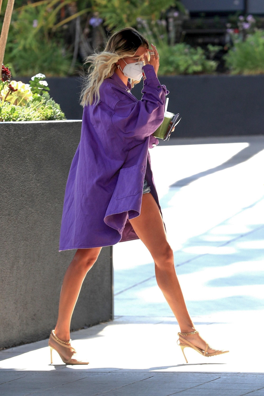 Хейли Бибер подсказывает, как правильно носить микрошорты и босоножки на каблуках