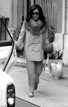 Элизабет Тейлор видели 17 октября 1968 года около Plaza Athénée в Париже, Франция.