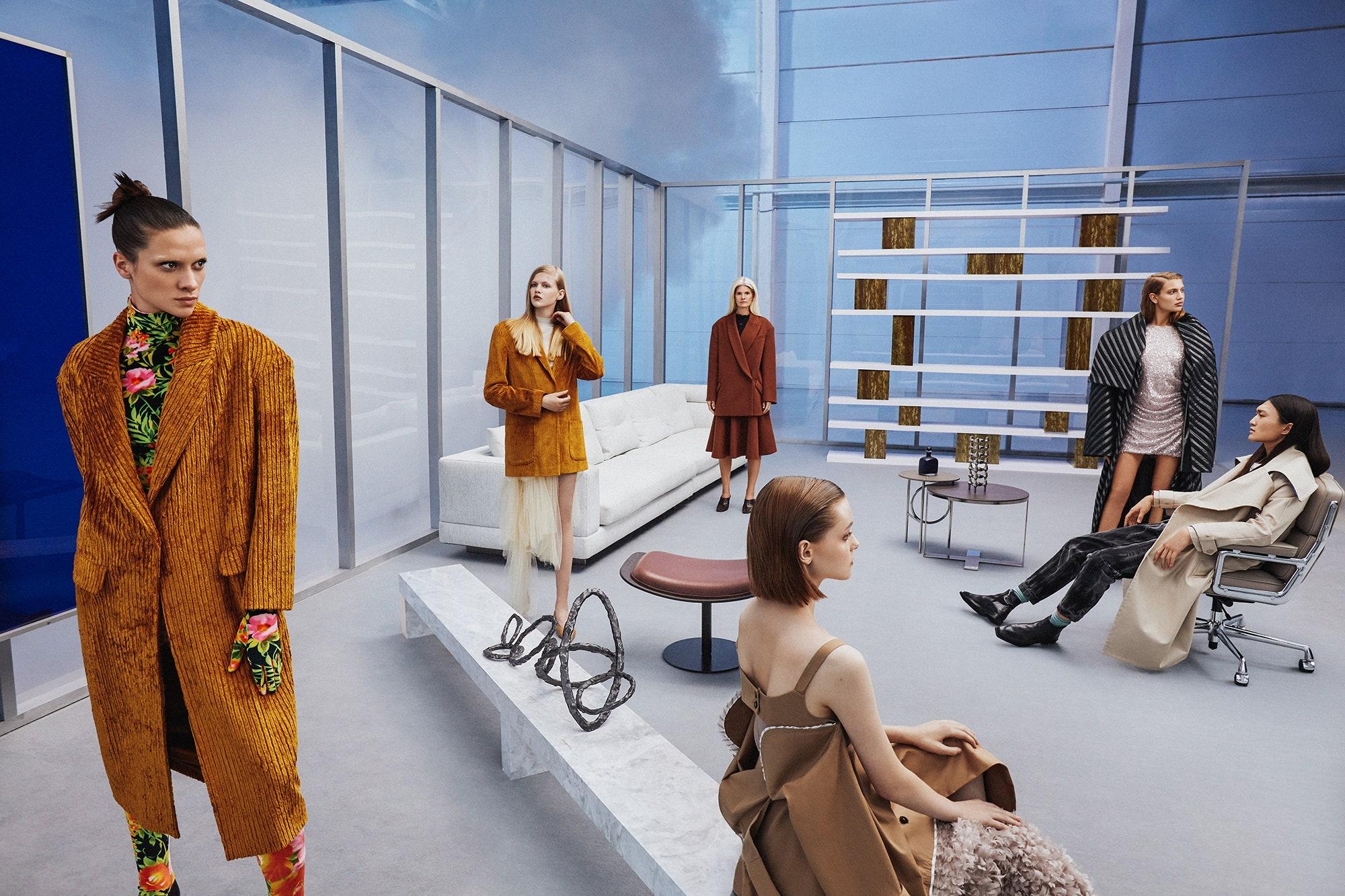 Футуристичный модный триллер в новой кампании «Цветного»: облегающие комбинезоны, ретросилуэты, фактурные ткани и широкоплечие пиджаки из 1980-х