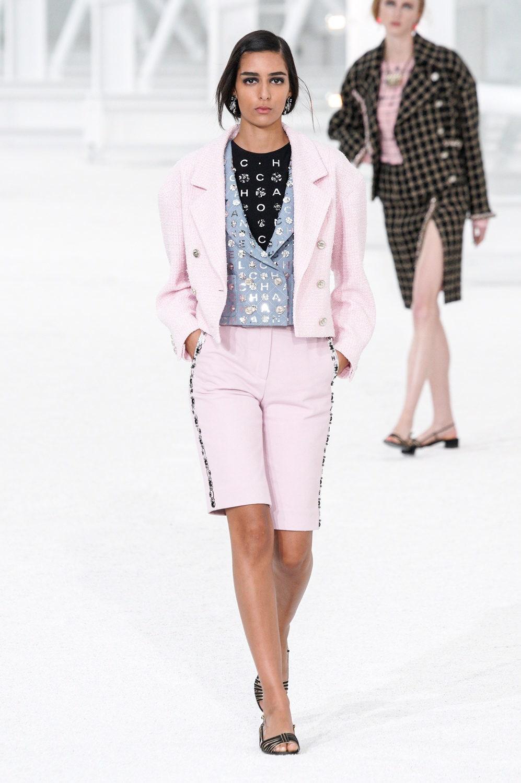 Стайлинг-трюки с показа Chanel весна-лето 2021