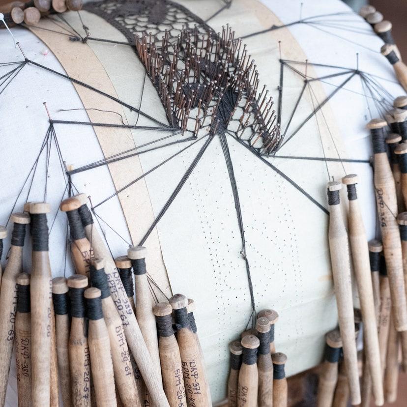 Процесс плетения кружева. Экспонат Балахнинского музейного историко-художественного комплекса