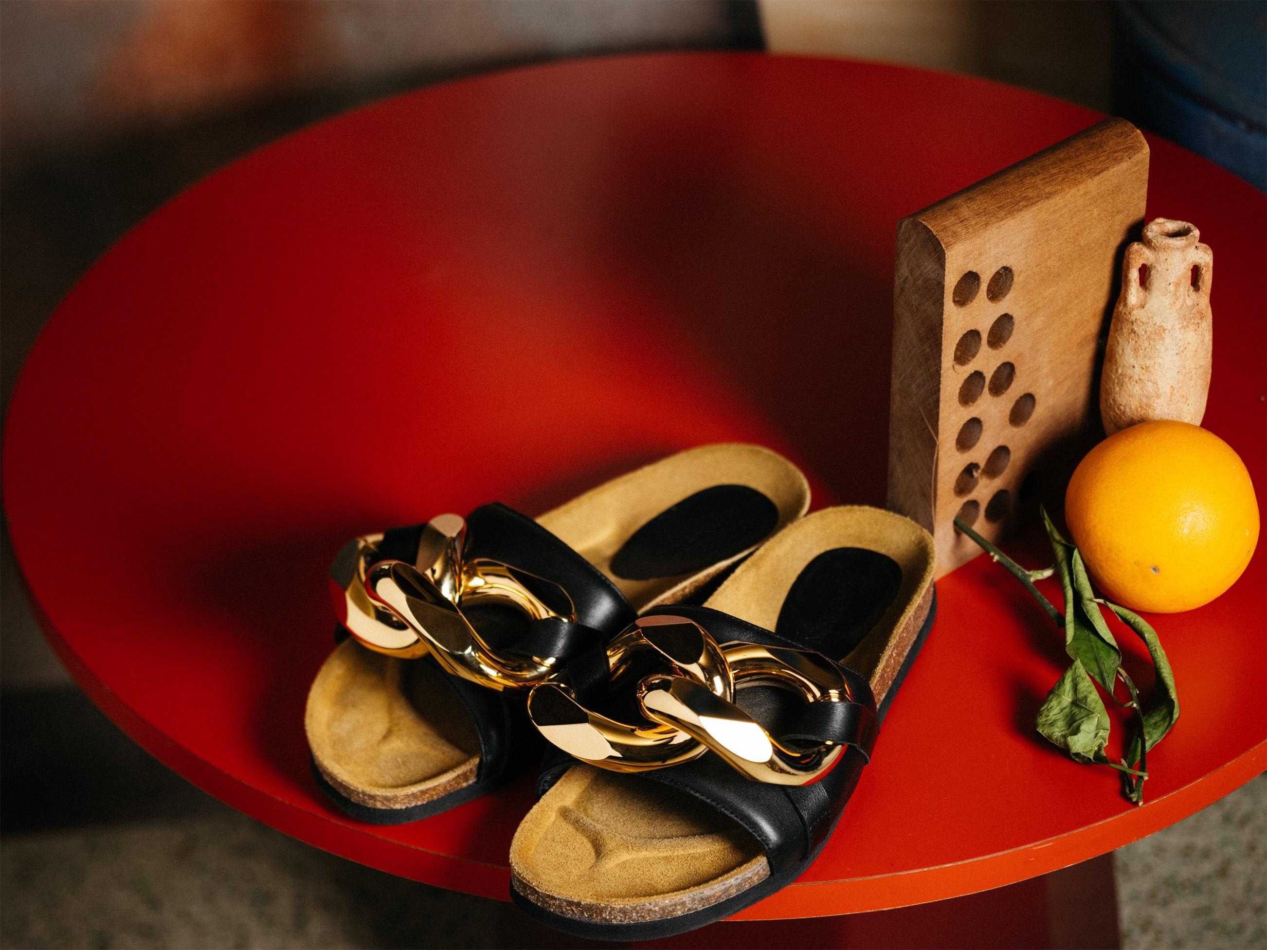 JW Anderson пополнили коллекцию обуви с цепями новой моделью