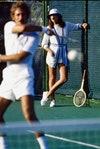 Modelo apoyada en una valla luciendo un cárdigan de punto y un vestido blanco a juego, de Court I (1972).