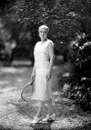 La campeona de tenis Suzanne Lenglen presentando un modelo de Patou de 1930.