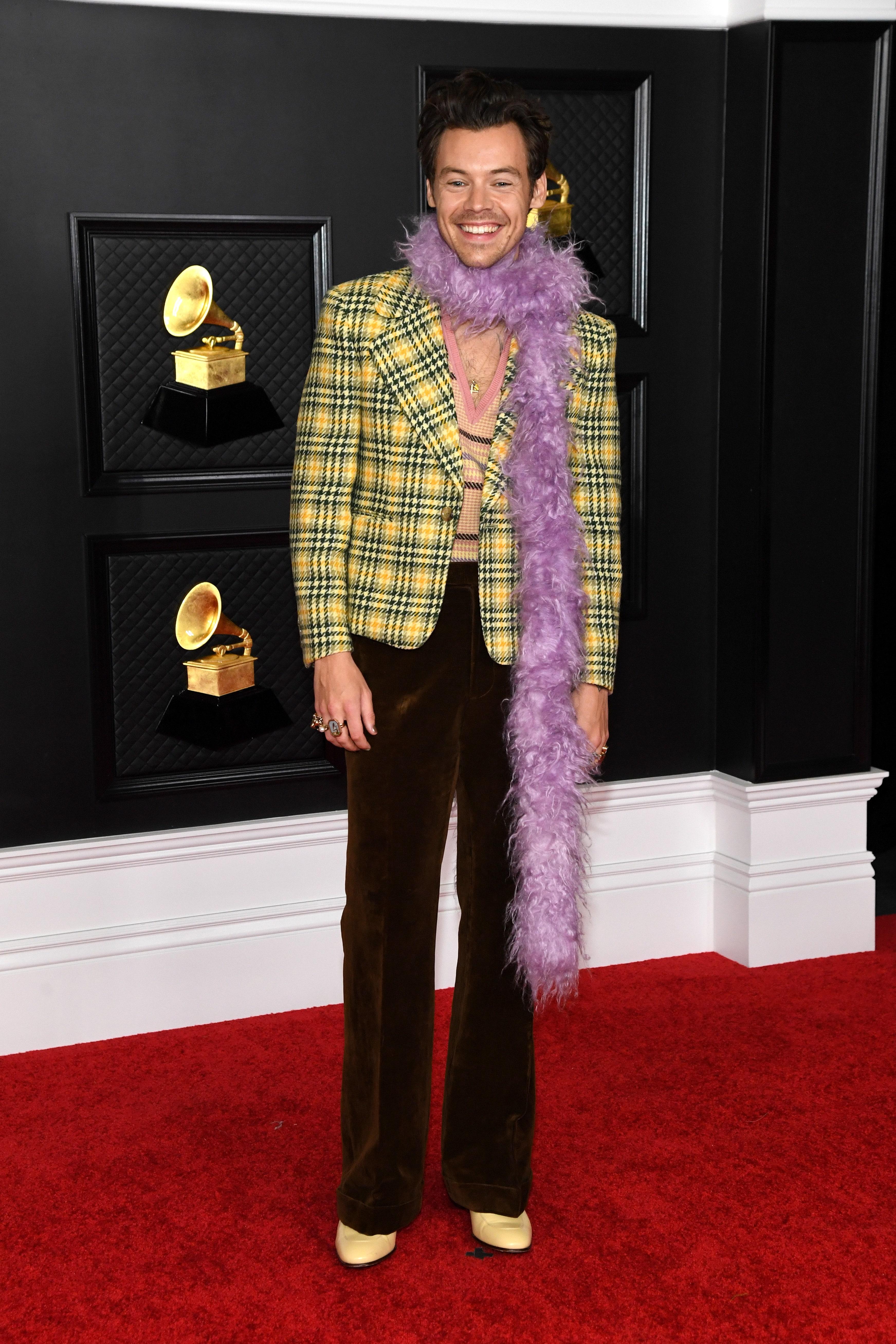 Мужская мода стала интереснее женской? Почему Гарри Стайлс в боа вызывает больше восторга, чем полуголая Дуа Липа