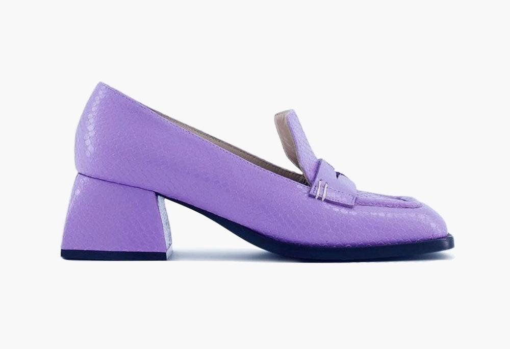 Nodaleto выпустили лоферы на трапециевидном каблуке. Туфли этого бренда вы могли видеть в сериале «Эмили в Париже»