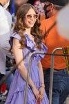 девушка сиреневый платье
