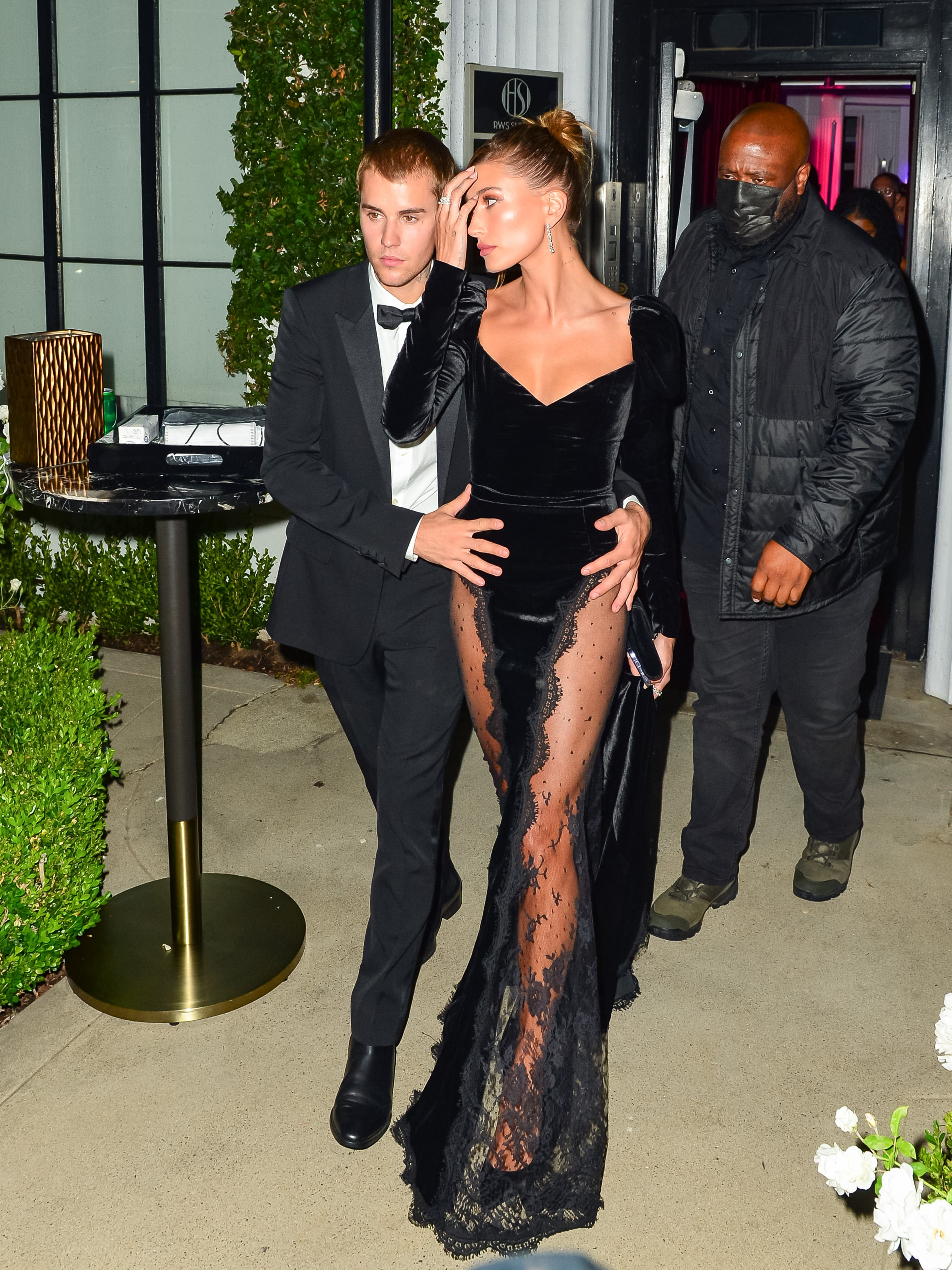 Хейли Бибер не боится нарушать правила вечернего дресс-кода