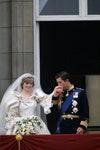 Le Prince Charles embrassant la main de la Princesse Diana sur le balcon du Palais de Buckingham.